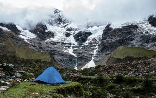 Co trzeba wiedzieć o biwakowaniu w górach pod namiotem? Praktyka, teoria i podstawowe wyposażenie