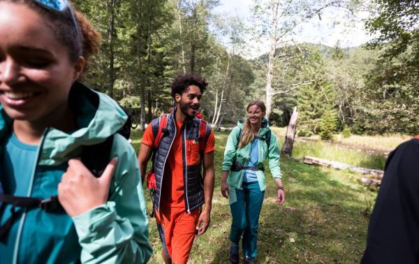 Ubiór na letnie wędrówki. Jaką koszulkę termoaktywną i bluzę sportową zabrać w góry, by czuć się komfortowo na szlaku?