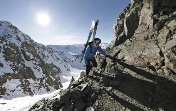 Jaki plecak narciarski najbardziej przyda się do górskich sportów zimowych? Cechy i funkcje plecaków narciarskich